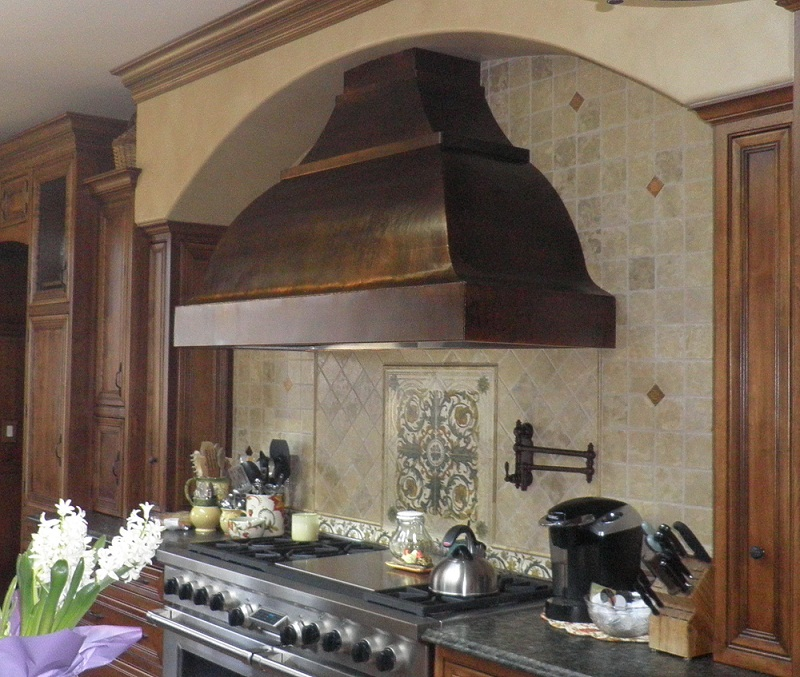 Copper range hood, arched bell, hammered copper